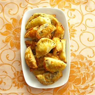 Rezept von Claudia Roden: Teigtaschen mit Hackfleisch, Rosinen und Pinienkernen
