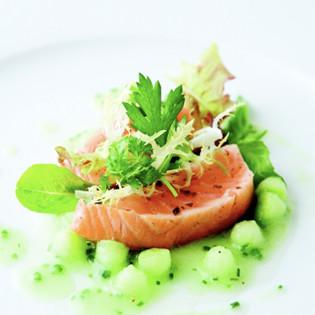 Rezept von Douce Steiner: Lachs auf Gurkenperlen mit Kräutersalat