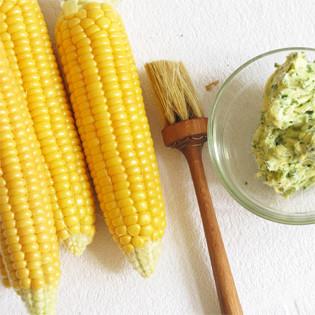 Aus Valentinas Küche: Maiskolben mit Schnittlauch, Petersilie & Parmesan
