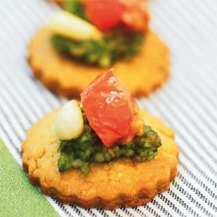 Rezept von Martina Lessing: Parmesankekse mit Pesto und Tomaten