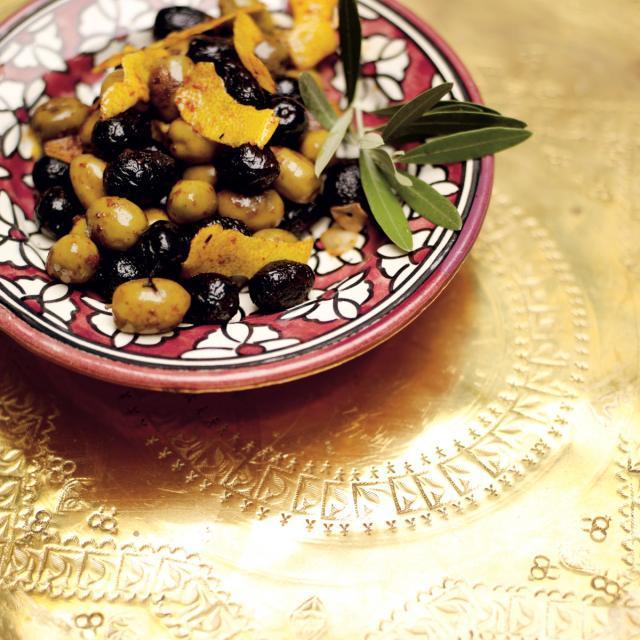 Rezept von Leila Lindholm: Gebratene Oliven mit Harissa & Zitrone