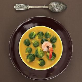Rezept von Sonja Riker: Rosenkohl-Curry-Suppe mit Koriandergrün und Garnelen