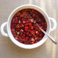 Aus Valentinas Küche: Rhabarberkompott mit Johannisbeergelee, Ingwer und Zitrone