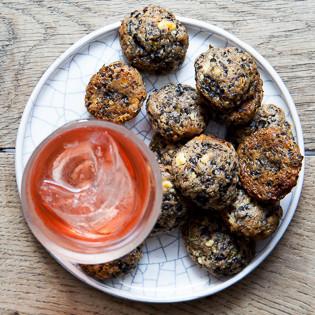 Rezept von Christel Kurz: Olivenpralinen mit Feta, Chili und Thymian