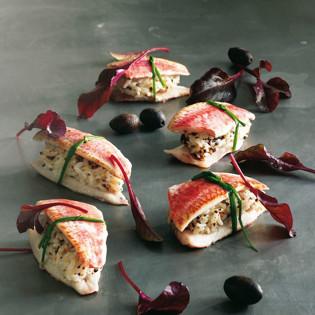 Rezept von Fumiko Kono: Kleine Rotbarben mit einer Reis-Oliven-Sesam-Füllung