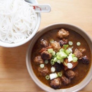 Rezept von Vacharin Bhumichitr: Vermicelli-Reisnudeln mit Fleischbällchen