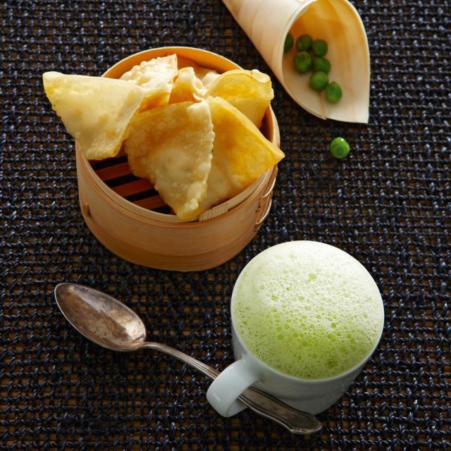 Rezept von Nelson Müller: Erbsensamtsüppchen mit Minze & Wan Tans
