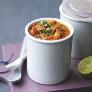 Rezept von Ghillie James: Würzige Möhrensuppe mit Tomaten, Chorizo, Koriander