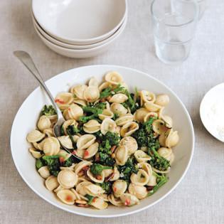 Rezept von Alice Hart: Orecchiette mit Brokkoli und Pinienkernen