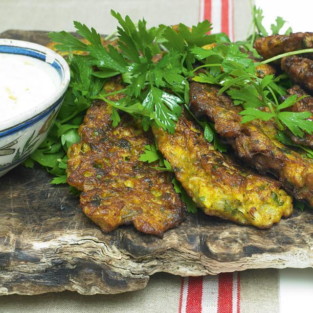 Rezept von Yotam Ottolenghi, Sami Tamimi: Blumenkohlküchlein mit Limettenjoghurt