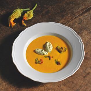 Rezept von Maria Luisa Scolastra: Möhrensuppe mit Zucchiniblüten und Ricotta-Nocken