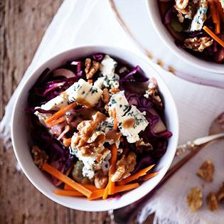 Rezept von Nigel Slater: Ein Salat aus Rotkohl, Blauschimmelkäse und Walnüssen