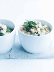 Rezept von Donna Hay: Ofenrisotto mit Spinat, Feta und Pinienkernen