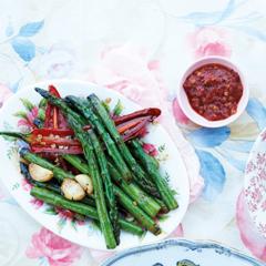 Rezept von Bill Granger: Grüner Spargel, Chili & Knoblauch aus dem Wok