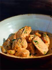 Rezept von Mälzer & Witzigmann: Estragonhuhn in sahniger Tomatensauce