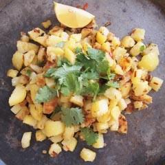 Rezept von Ghillie Basan: Batata Harra – Würzige Kartoffeln mit Koriander