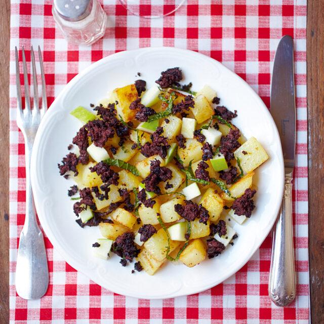 Rezept von Rachel Khoo: Warmer Kartoffel-Apfel-Salat mit Blutwurst