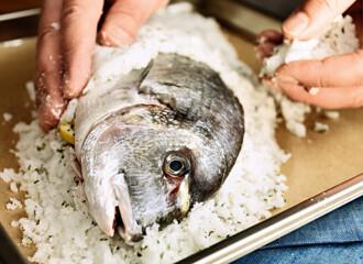 Rezept von Cornelia Schinharl: Fisch in Rosmarin-Salz-Kruste