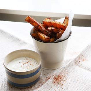 Rezept von Hugh Fearnley-Whittingstall: Merguez-Ofenkartoffeln mit Joghurtdip