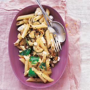 Rezept von Anjum Anand: Carbonara mit Zucchini und Ziegenkäse