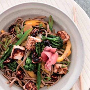 Rezept von Nicola Graimes: Yakisoba mit Tofu und gerösteten Cashewkernen