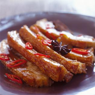 Rezept von von Bill Granger: Knuspriger Schweinebauch mit Karamell-Sauce und Pak Choy