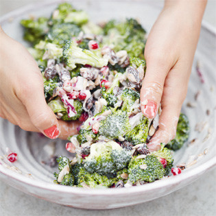 Rezept von David Frenkiel & Luise Vindahl: Broccoli Salad with Pomegranate & Raisins