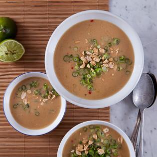 Rezept von Bettina Matthaei: Erdnusssuppe mit Lauchzwiebeln, Chili und Kubeben