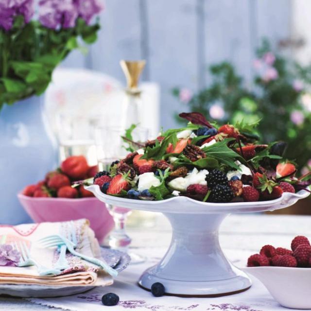 Rezept von Caroline Hofberg: Salat mit Hähnchenfilets, Ziegenkäse & Erdbeeren