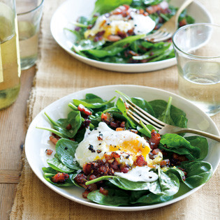 Rezept von Christie Dufault + Jordan Mackay: Spinatsalat mit pochierten Eiern und Pancetta