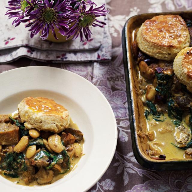 Rezept von Anjum Anand: Auflauf mit Winterkürbis, weißen Bohnen & Pilzen