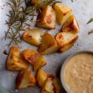 Rezept von Silvena Rowe: Schmorkartoffeln mit Rosmarin-Schalotten-Orangenblüten-Aioli