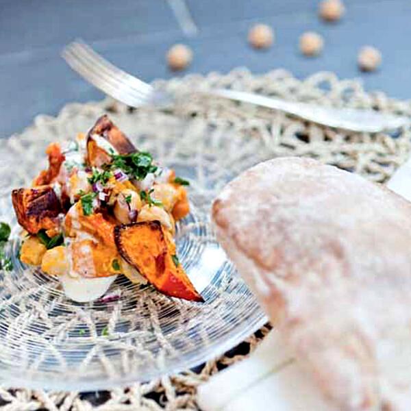 Rezept von Bianca Gusenbauer: Gegrillter Kürbis mit Kichererbsen, Sesamdressing & Gewürzfladen