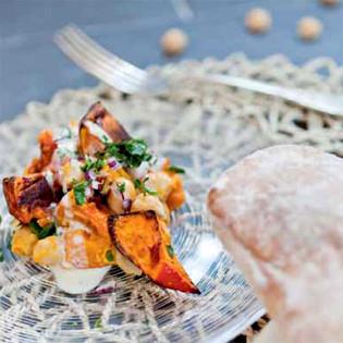 Rezept von Bianca Gusenbauer: Gegrillter Kürbis mit Kichererbsen, Sesamdressing und Gewürzfladen