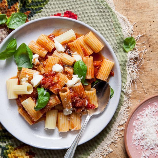 Rezept von Jamie Oliver: Rigatoni mit Tomaten-Auberginen-Sauce & Mozzarella