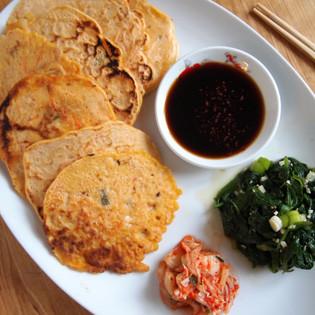 Aus Valentinas Küche: Kimchi-Pancakes mit Sesam-Spinat