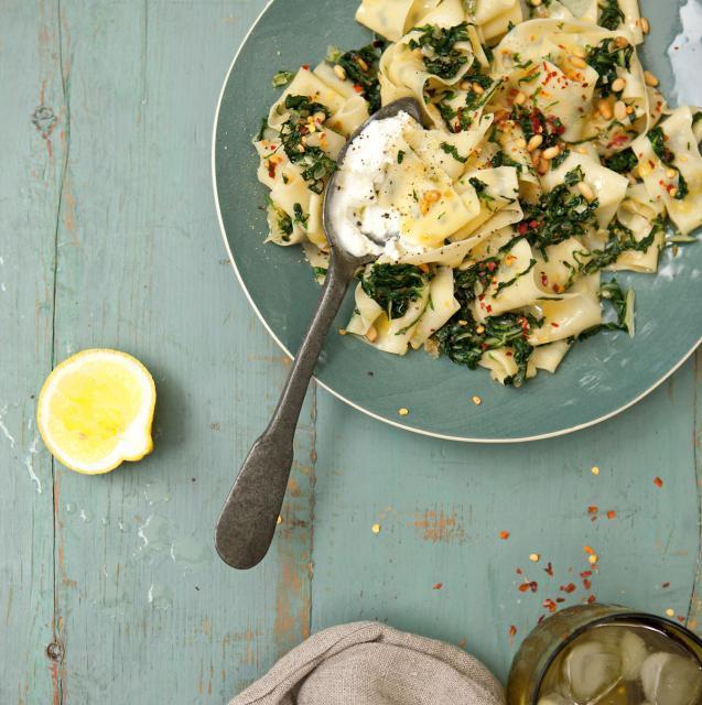 Rezept von Pete Evans: Pappardelle mit Mangold, Pinienkernen & Ziegenkäse