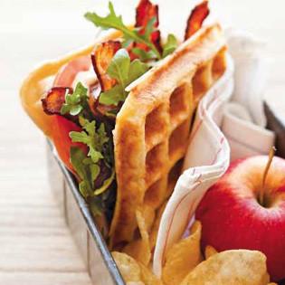 Rezept von Tara Duggan: Sauerteig-Waffel-Sandwiches mit Speck, Salat und Tomate