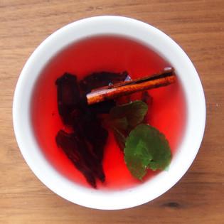 gru aus der k che hibiskus zimt tee mit frischer minze valentinas kochen. Black Bedroom Furniture Sets. Home Design Ideas