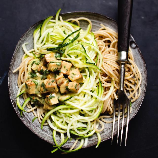 Rezept von Jérôme Eckmeier: Dinkelspaghetti mit Zucchini & Sesamtofu