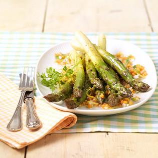 Rezept aus dem Servus Kochbuch: Gebratener Spargel mit Linsenvinaigrette
