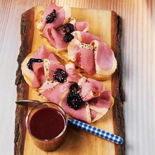 Rezept von Gabriele Halper: Geräucherte Entenbrust mit Brombeer-Senf-Sauce
