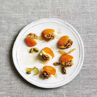 Rezept von Sabrina Ghayour: Syrup-Poached Apricots with Walnuts & Clotted Cream