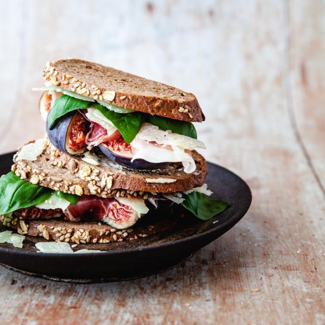 Rezept von Jamie Oliver: Getoastetes Brot mit Feigen, Basilikum & Parmaschinken