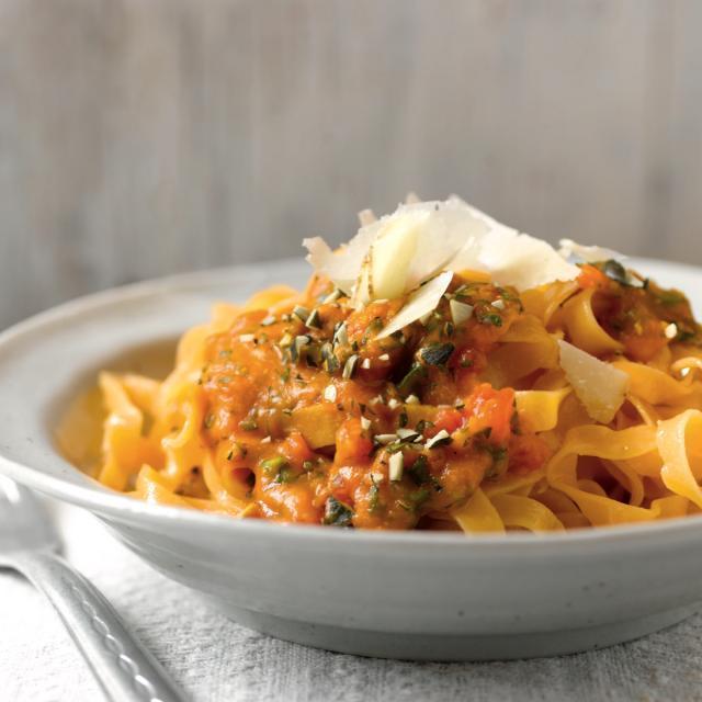 Rezept von Ali Güngörmüs: Taglierini mit Tomaten-Kürbis-Sugo