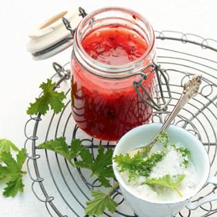Rezept von Florian Löwer: Kalt gerührte Erdbeerkonfitüre mit Duftgeranien