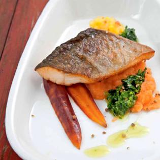 Rezept aus Die neue Fischkochschule: Gegrillter Saibling mit grüner Salsa