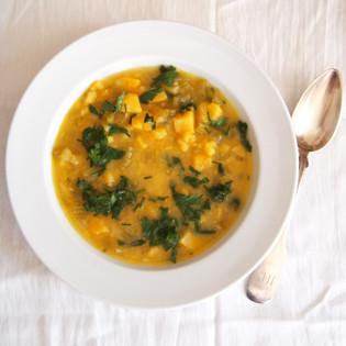 Aus Valentinas Küche: Kartoffel-Stangensellerie-Suppe mit frischen Kräutern