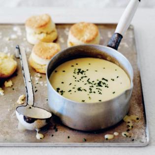 Rezept von Sarah Mayor: Sellerie-Stilton-Suppe mit heißen Kartoffelscones