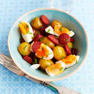 Rezept von Caroline Craig & Sophie Missing: Chorizo, egg & potato salad